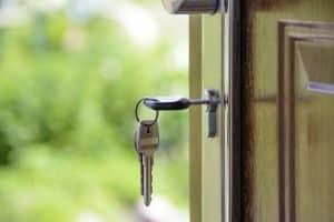 מפתחות בדלת בית. הדלת פתוחה